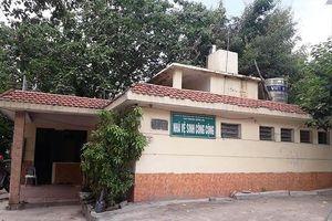 Công nhân 'quản' nhà vệ sinh Thủ đô: Lương bèo lại nợ kéo dài