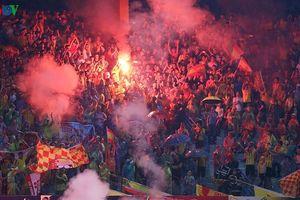 Hà Nội FC bị phạt nặng vì để CĐV đốt pháo sáng