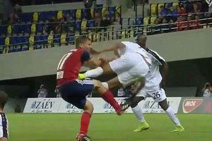 Kinh hãi cảnh cầu thủ đạp thẳng 2 chân vào bụng đối thủ