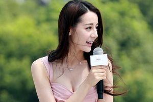 Địch Lệ Nhiệt Ba lúng túng vì mặc váy ngắn ở sự kiện ngoài trời