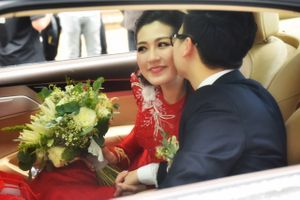Chồng Á hậu Tú Anh ngọt ngào hôn vợ trong ngày cưới