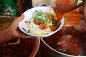 Người Sài Gòn 'chui hẻm' ăn bò kho bán 5 tiếng của bà chủ lai Việt - Ấn