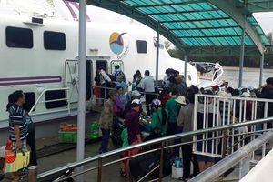 Phú Quốc: Thời tiết bớt xấu, hàng nghìn người xuống tàu vào đất liền