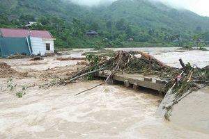 Clip: Nước lũ càn quét miền Tây Nghệ An