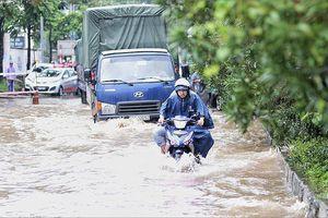 Đại lộ Thăng Long ngập, nhiều phương tiện bị chết máy
