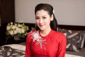 Á hậu Tú Anh diện áo dài đỏ, hạnh phúc bên cha mẹ trước giờ rước dâu