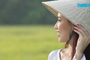 Phan Thị Mơ mặc áo bà ba, đội nón lá quảng bá miền Tây