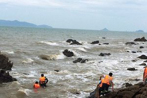Nhóm du khách Hà Nội bị sóng đánh trôi, 1 người chết, 1 người mất tích