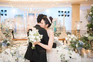 Á hậu Tú Anh rạng ngời hạnh phúc, hôn chồng ngọt ngào trong lễ cưới