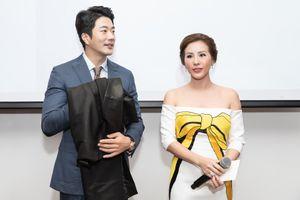 'Mỹ nam' Kwon Sang Woo thích thú khi được tặng áo dài Việt Nam