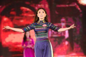 Dàn thí sinh phía Bắc Hoa hậu Việt Nam duyên dáng trình diễn áo dài