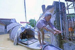 180 hộ dân Hà Nội vẫn phải bơi xuồng từ nhà ra ngõ vì cơn mưa 2 ngày trước