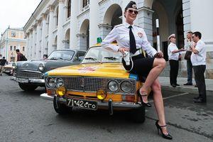 Xe ô tô cổ Liên Xô đẹp quyến rũ bên phụ nữ Nga ở trung tâm Moscow