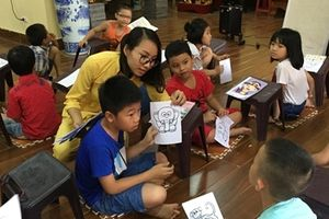 Cô gái trẻ với lớp học tiếng Anh miễn phí nơi cửa Phật