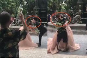 Chỉ cặp đôi tạo dáng không được, thợ chụp ảnh cưới ở Hà Nội bực bội hôn cô dâu