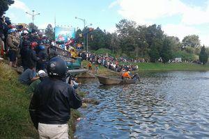 Xe tải mất lái lao thẳng xuống hồ Xuân Hương (Đà Lạt)