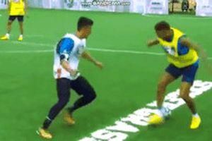 Neymar phạm lỗi với cậu bé khi bị cướp bóng
