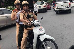 Trên đường tuần tra CSGT Hà Nội 'ốp' đối tượng U60 đi ship hàng chục viên 'kẹo' cho khách