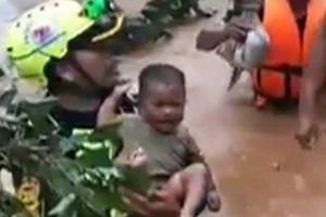 Clip: Xúc động cảnh cứu em bé giữa rốn lũ vụ vỡ đập thủy điện Lào