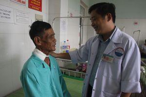 Cắt khối u 3 kg 'đeo' trên cổ người đàn ông hơn 30 năm