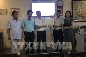 Khen thưởng hãng tàu du lịch hỗ trợ 5 du khách quốc tế bị 'bỏ rơi' ở vịnh Hạ Long