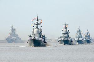 Soi dàn tàu chiến Nga rầm rộ khoe sức mạnh nhân Ngày Hải quân