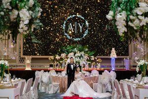 Đám cưới minimalist được trang trí bằng cây rừng nhiệt đới