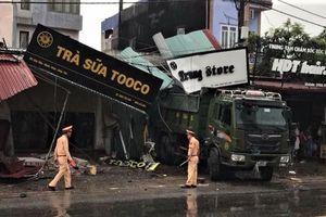 Ôtô tông sập nhiều nhà dân, 2 mẹ con tử vong tại chỗ