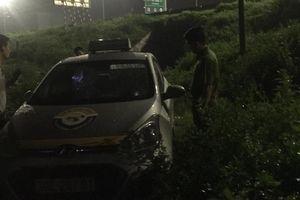 Chở khách chạy lòng vòng 3 tỉnh trong đêm, lái xe taxi bị cứa cổ