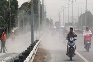 'Bão bụi' tấn công người đi xe máy trên đường dẫn cao tốc TP HCM
