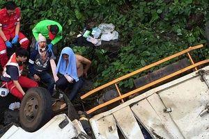 Xe chở hàng cứu trợ Lào lật xuống sông, 3 người thương vong