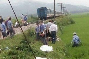 Băng qua đường ray, cặp vợ chồng bị tàu hỏa kéo lê 30m tử vong thương tâm
