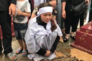 Rơi nước mắt hình ảnh người vợ trẻ thẫn thờ trước mộ chồng phi công Su-22