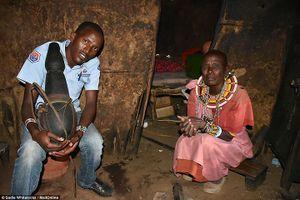 Bộ tộc sống theo truyền thống cổ xưa, 10 người ngủ trên 1 chiếc giường