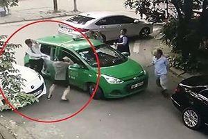 Khởi tố đối tượng đi xe Mercedes cầm gạch đánh tài xế taxi Mai Linh