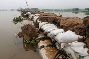 Người dân đứng ngồi không yên, cầu trời ngừng mưa, nước sông Bùi hạ xuống