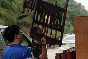 Nhà đổ xuống sông Đà: Người dân 'nháo nhác' di dời tài sản