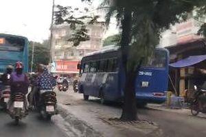 Xe khách leo vỉa hè chạy như xe máy giữa Hà Nội