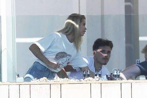 Beckham khoe cắt tóc cho Harper, Brooklyn thân thiết bên bạn gái mới