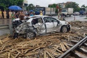 Ô tô va chạm tàu hỏa, một người chết, ba người bị thương