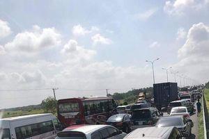 Hàng nghìn ô tô kẹt cứng trên cao tốc vì tai nạn liên hoàn