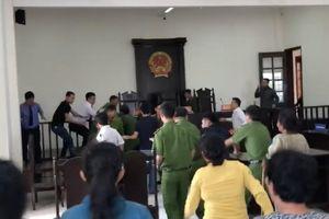 TP Hồ Chí Minh: Khởi tố người đánh kiểm sát viên ngay tại phiên tòa