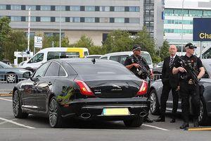 Cảnh sát trang bị vũ khí khủng bảo vệ M.U hồi hương