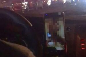 Vừa lái xe chở khách, tài xế taxi vừa thản nhiên xem phim cấp 3