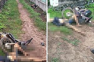2 thanh niên bê bết bùn đất, gục chết bên xe máy