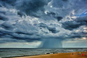 Mây lạ nhìn hung dữ như vòi rồng ở Hồ Tràm