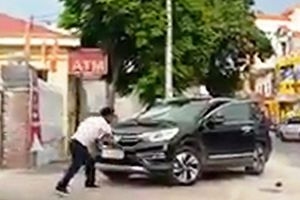 Thái Bình: Bị đánh, người đàn ông dùng hung khí đập vào đầu xe CR-V
