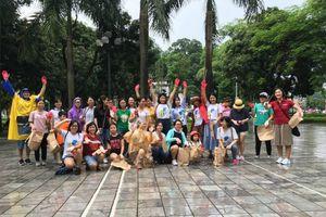Vừa chạy vừa nhặt rác dưới mưa ở Hà Nội