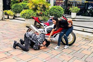 Chồng quỳ gối cảm ơn vợ tặng xe Honda CBR1000RR SP1
