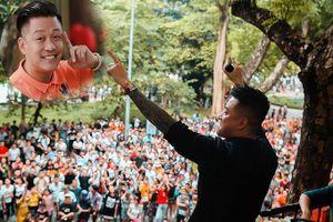 Hàng trăm người tụ tập xem Tuấn Hưng biểu diễn trên ban công quán cafe